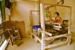 Donna con il telaio nel Bangladesh Immagini Stock