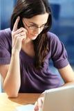 Donna con il telefono. fotografie stock