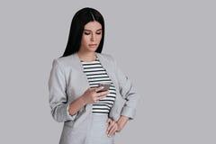 Donna con il telefono astuto Fotografie Stock