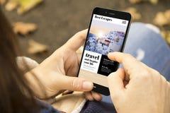 donna con il telefono di progettazione del sito Web di viaggio nel parco Immagine Stock Libera da Diritti