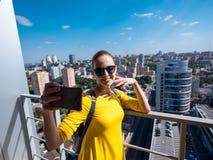 Donna con il telefono e lo zaino nella città 02 fotografia stock