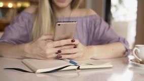 Donna con il telefono mobile Fine in su stock footage