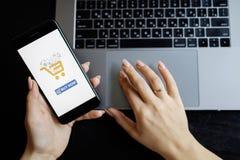 donna con il telefono Pagamento online Mani delle donne facendo uso dello smartphone e del computer portatile per acquisto online immagine stock libera da diritti