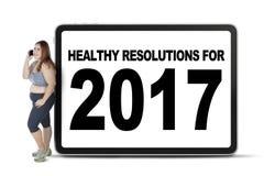 Donna con il testo sano di risoluzioni 2017 Fotografia Stock Libera da Diritti