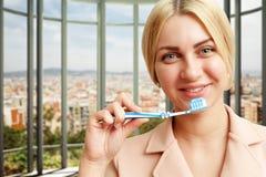 Donna con il toothbrush Immagine Stock