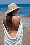 Donna con il tovagliolo bianco e cofano al mare Fotografia Stock
