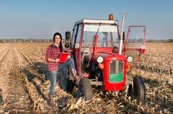 Donna con il trattore sul campo Fotografia Stock Libera da Diritti