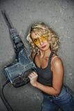 Donna con il trivello pesante Immagini Stock Libere da Diritti