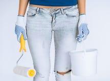 Donna con il vaso di pittura e del rullo fotografia stock