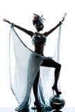 Donna con il vestito di seta dall'acetato fotografia stock libera da diritti