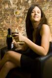 Donna con il vetro di vino   Immagine Stock