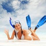 Donna con immergersi attrezzatura sulla spiaggia Fotografia Stock
