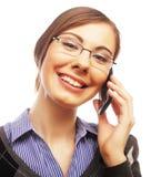 Donna con indicare sorridente del cellulare su Immagine Stock