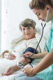Donna con ipertensione fotografie stock libere da diritti