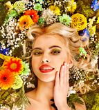 Donna con l'acconciatura del fiore. Immagine Stock