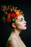 Donna con l'acconciatura di creatività con il butto colorato Fotografia Stock