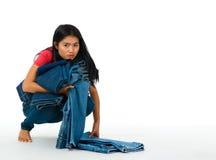 Donna con l'accumulazione dei jeans Fotografia Stock