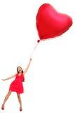 Donna con l'aerostato rosso del cuore - divertente Fotografia Stock Libera da Diritti