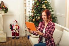Donna con l'aggeggio a christmastime fotografia stock libera da diritti