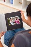 Donna con l'album di foto fotografia stock libera da diritti