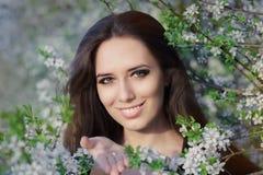 Donna con l'allergia che tiene le anti pillole allergiche nella decorazione di fioritura di primavera Immagini Stock