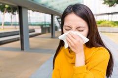 Donna con l'allergia del naso Immagini Stock Libere da Diritti