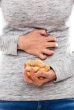 Donna con l'allergia dell'arachide Fotografie Stock
