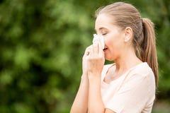 Donna con l'allergia o un freddo Fotografia Stock