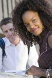 Donna con l'amico che studia alla città universitaria Fotografia Stock Libera da Diritti