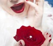 Donna con l'anello di cerimonia nuziale Fotografia Stock