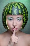 Donna con l'anguria fotografia stock libera da diritti