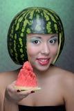 Donna con l'anguria fotografia stock