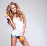 Donna con l'arancia Immagini Stock
