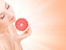 Donna con l'arancio Fotografia Stock Libera da Diritti