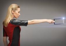 Donna con l'arma di fi di sci Immagini Stock Libere da Diritti