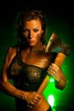 Donna con l'ascia Immagini Stock