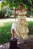 Donna con l'ascia fotografia stock libera da diritti