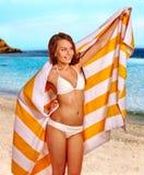 Donna con l'asciugamano alla spiaggia Fotografia Stock
