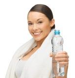 Donna con l'asciugamano e la bottiglia di acqua Fotografie Stock Libere da Diritti