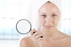Donna con l'asciugamano intorno alla sua testa Fotografia Stock Libera da Diritti