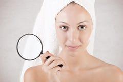 Donna con l'asciugamano intorno alla sua testa Immagine Stock
