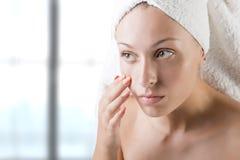 Donna con l'asciugamano intorno alla sua testa Immagini Stock Libere da Diritti