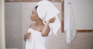 Donna con l'asciugamano sulla testa nel bagno fotografie stock