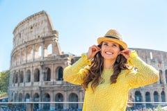 Donna con l'audio guida davanti al colosseum Immagine Stock Libera da Diritti