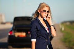 Donna con l'automobile rotta che richiede la guida Fotografie Stock Libere da Diritti