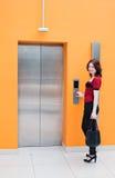 Donna con l'elevatore Immagini Stock