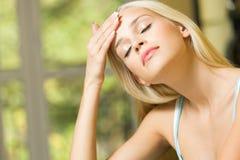 Donna con l'emicrania immagine stock libera da diritti