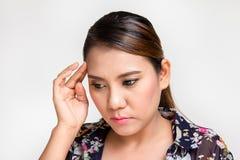 Donna con l'emicrania che tocca le sue tempie Fotografie Stock Libere da Diritti