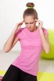 Donna con l'emicrania durante l'allenamento fotografie stock