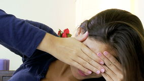 Donna con l'emicrania molto forte a letto a casa archivi video